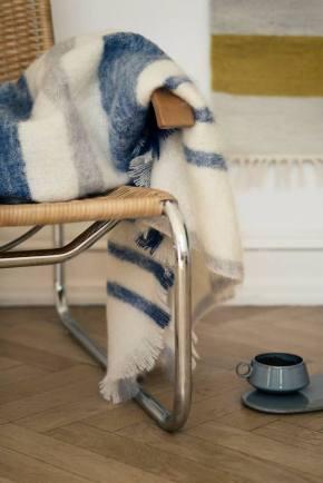 un plaid sur une chaise